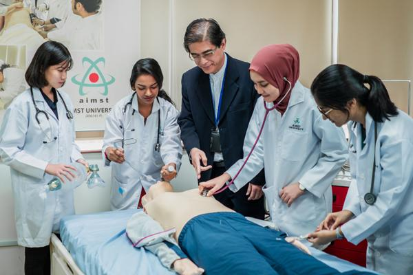 AIMST耗费巨资购买昂贵的临床模拟医疗教学设备,让学生可以更掌握诊断技巧。左3为陈桂诚医生。