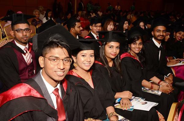 约翰安东尼在1974年获得马来亚大学经济学士学位,也拥有比利时天主教鲁汶大学商业行政硕士和伦敦大学的法学硕士,也有马来西亚法律专业资格鉴定局的证书,并1996年获得伦敦经济学院颁授博士学位。