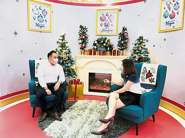 在广场也可以感受一下圣诞节窝在家里客厅的情调。